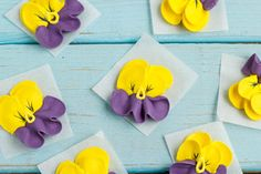 Do you like pansies? This tutorial & video will show you how to make royal icing pansies you can use to decorate your cakes, cupcakes, cookies and brownies. Cake Decorating Techniques, Cake Decorating Tips, Cookie Decorating, Royal Icing Flowers, Fondant Flowers, Buttercream Flowers, Sugar Flowers, Royal Icing Decorations, Candy Decorations