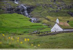 Alte einfache Kirche mit Friedhof, Färöer Inseln