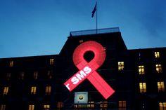 Una gran cinta roja instalada en la fachada de la Oficina de Derechos Humanos de la ONU en Ginebra (Suiza) en enero de 2011, en una campaña para combatir la discriminación contra las personas que viven con el VIH / SIDA.