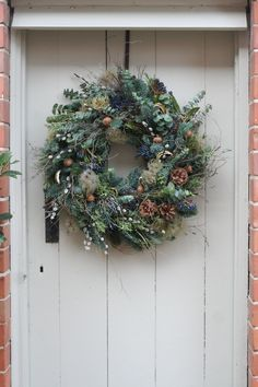 Find the most gorgeous Christmas wreaths here : If you want that divine Christmassy smell of a real wreath, get this gorgeous, luscious, handmade wreath delivered right to your door. Christmas Wreaths To Make, Christmas Cactus, Christmas Flowers, Natural Christmas, Holiday Wreaths, Beautiful Christmas, Christmas Diy, Making Christmas Decorations, Christmas Island