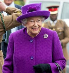 Doesn't she look fabulous! She looks younger in the rich colours instead of beiges, browns and greys too often used by the elderly....let's start a revolution !!!
