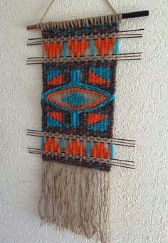 Telar decorativo Weaving Textiles, Weaving Art, Weaving Patterns, Tapestry Weaving, Loom Weaving, Hand Weaving, Textile Patterns, Wall Tapestry, Macrame Wall Hanging Patterns