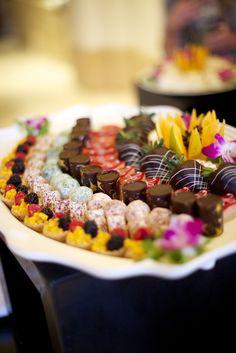 Tray pattern for Dessert Miniatures or even one bite stationary. Wedding Desserts, Mini Desserts, Cute Food, Yummy Food, Food Should Taste Good, Chocolates, Reception Food, Dessert Buffet, Food Presentation