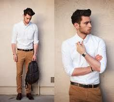 Camisa branca, calça sarja masculina marrom, com sapato marrom.