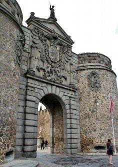 Fachada principal de Puerta de la Bisagra en Toledo