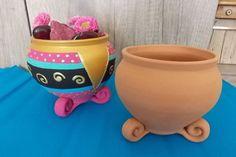 Diese bunte Tonschüssel ist ein Hingucker im Garten. Gestalten auch Sie diese bunte Gartendeko. Die Anleitung gibt's hier! Bunt, Planter Pots, Good Times, Summer, Handarbeit, Tutorials, Pattern, Basteln, Plant Pots