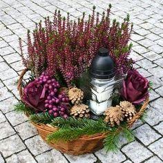 Fotogalerie: Ušetřete a vytvořte si dušičkový věnec sami. Máme návod, jak na to Funeral Flower Arrangements, Christmas Arrangements, Funeral Flowers, Christmas Lamp, Christmas Deco, Fall Flowers, Fresh Flowers, Ikebana, Grave Decorations