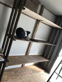 自分の部屋に丁度良い大きさの収納がなかった為DIYにて作成。天井まである収納が欲しくて頑張りました。 天井までの高さ約230cm、幅約190cm。 両サイドの柱はパレットを、棚板は90×190cmのコンパネを使用。 ステインにて塗装。 #パレット#DIY#棚#ラック#壁面収納#インダストリアル #