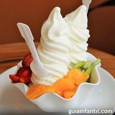 El helado de yogur se ha popularizado mucho en los últimos años, ya que es una de las recetas para niños de helado más fáciles de preparar. Guiainfantil.com les ofrece esta receta, paso a paso.