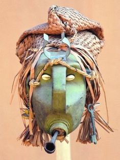 Since the early Africa has witnessed a period of creative flourishing. Artsper introduces you to 10 African artists you absolutely must know. Plastic Bottle Planter, Plastic Jugs, Plastic Bottle Crafts, Plastic Art, Recycled Bottles, Recycled Art, Plastik Recycling, Bleach Bottle, Contemporary African Art