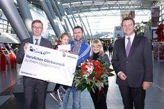 Familie Nocon aus Wuppertal wurde beim Abflug nach #Antalya am #Flughafen #Düssseldorf als 21-millionste #Jubiläumspassagier begrüßt. Als #Geschenk gab es jeweils ein #SunExpress-Flugticket, eine VIP-Abfertigung am Düsseldorf Airport sowie einen großen Blumenstrauß. Wir gratulieren ganz herzlich und wünschen einen schönen Urlaub! ©Düsseldorf Airport. http://on.fb.me/1fAjBgB