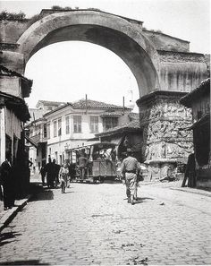 Frederick Moore, Saloniki 1910 Street cars and pedestrians travel under the Roman Arch of Galerius. National Geographic Images, As Time Goes By, Thessaloniki, Urban Photography, Old Photos, Istanbul, Greece, Places To Visit, Street View