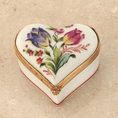 Limoges Box / Porcelain with hand painted tulips. I Love Heart, Pretty Box, Pill Boxes, Tiny Treasures, China Painting, Treasure Boxes, Little Boxes, Casket, Heart Art