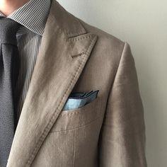 トリミングの刺繍ワインの他にネイビーブラウンと色展開になりました 直線のラインでシンプルに挿すことも出来ます  http://ift.tt/20nUYKQ  #ポケットチーフ #スーツ #ブートニエール#pocketsquare #pocketchief #pochette #suit #boutonniere #wedding #mensfashion by col_sagawa