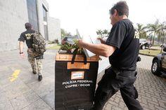 Policiais chegam a sede da Polícia Federal em São Paulo com malotes da Operação…