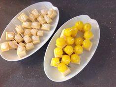 Prikkertjes met blokjes kaas met zilveruitjes en Amsterdamse uitjes