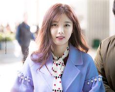 Mỗi lần xuất hiện tại sự kiện, Kim Yoo Jung đều gây sốt với vẻ ngoài hoàn hảo, thái độ thân thiện với người hâm mộ.