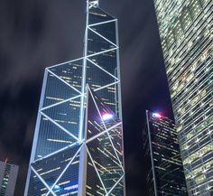 El Bank of China Tower en Hong Kong. La estructura está compuesta por cinco columnas principales que soportan el edificio, cuenta con 72 plantas y mide 367 metros de altura.