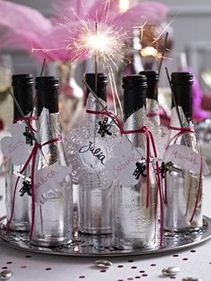 Kreative Partydeko für Silvester Party decoration for New Year's Eve With our original editorial tips, your New Year's Eve party will be an unforgettable evening [. New Years Eve Pictures, New Years Eve Quotes, Holi Party, New Years Eve Decorations, Party Table Decorations, Decoration Party, New Years Eve Dinner, New Years Eve Party, Manu Manu