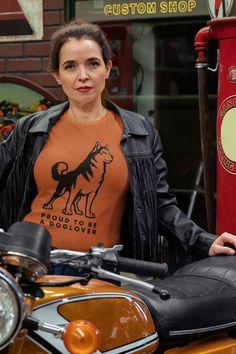 Mit unseren trendigen Hundeshirts sind Sie immer modisch angezogen und können signalisieren, welches Ihre Lieblingshunderasse ist. Die T-Shirts werden speziell angefertigt und es gibt sie in jeder verfügbaren Größe. Wir von Planet Dogs achten sehr auf die Qualität unserer Produkte, weshalb jedes Design speziell von uns liebevoll angefertig worden ist. Überzeugen Sie sich selbst und schauen Sie sich unsere T-Shirts an, es ist für jeden etwas dabei! Husky, Planets, Dogs, T Shirt, Fictional Characters, Design, Dog T Shirts, Products, Dressing Up