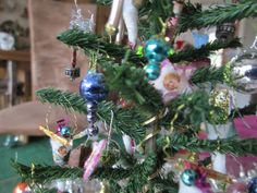 Weihnachten, Xmas, Christmas, dollhouse, toys, Christmas decoration, Navidad, Puppenhaus, Puppenstube, Miniaturen, Minis 1zu12, miniatures, Noel, Weihnachten im Puppenhaus, Weihnachtsdeko, Glitzervögel, Weihnachtsbaumschmuck in Miniatur, Yule