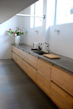 "C: mooi, houten keuken met gietvloer. P: mooie keuken maar hout te donker, te ""veel"" hout: te zwaar, te dik. Greeploos is mooier dan met grepen."