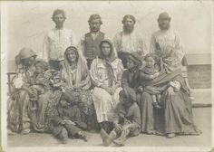 Gitanos húngaros deportados Esta fotografía de un grupo de inmigrantes húngaros apareció en el New York Times del 12 de febrero de 1905. Se especificaba que todo el grupo fue finalmente deportado. Augustus F. Sherman - The New York Public Library. Photography Collection