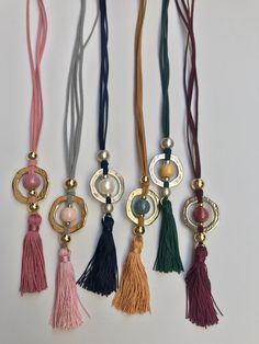 Collar ajustable hecho a mano con Angelina aro zamak y bola de cerámica, disponible en abalorios lucía, Fuengirola.