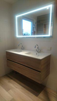 Modern badkamer meubel in hout kleur met dubbele wastafel en spiegel met geïntegreerde LED verlichting: mooi voor in een design badkamer!