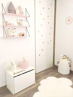 Une étagère et des peluches gouttes et chat
