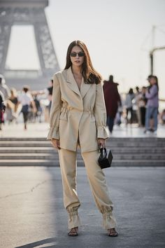 The Latest Street Style From Paris Fashion Week New Street Style, Looks Street Style, Street Style Trends, Spring Street Style, Classy Street Style, Fashion Mode, Fashion Week, Korean Fashion, Womens Fashion