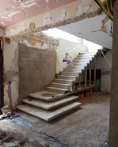 Beste Betontreppen Innentreppen Ideen im Jahr 2020 Stair Railing Design, Home Stairs Design, Interior Staircase, Modern Home Interior Design, Stairs Architecture, Modern House Design, Stair Treads, Basement Stairs, House Stairs