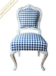 Antigua silla castaño blanca y cuadros