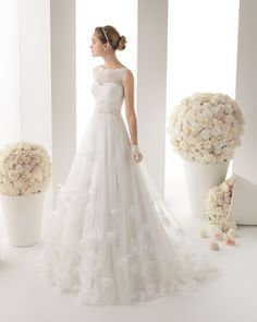 MARQUESA - Beaded tulle dress in a natural colour.71T89 - Tulipán mother of pearl tiara, natural colour.GU8025 - Lycra and tulle gloves, short, in ivory.