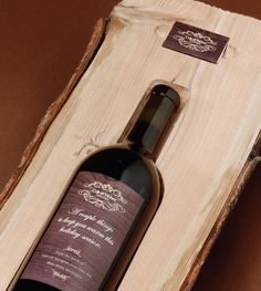 This wine bottle of Cole and Weber is packaged in logs of pine. Inside the box, there is a greeting and information to learn the consumer how to use properly the gift. This packaging places itself as part of sustainable development. This is not only a great container but also the opportunity to spend a good holiday moment by drinking a good bottle with a warm fire.
