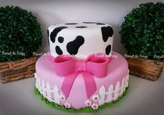 Cute for the base Cow Birthday Parties, Girl 2nd Birthday, Cowgirl Birthday, Farm Birthday, Barnyard Party, Farm Party, Cow Baby Showers, Cowgirl Cakes, Cowboy Theme Party