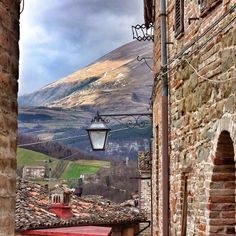 Montefortino is an ancient mountain stronghold that sits in the shadow of Monte Sibilla, on the Natural Park of the Sibillini mountains. This medieval village has picturesque streets, beautiful landscapes and architectural treasures: palaces, shrines, churches and ancient towers.