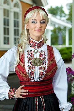 Beautifully detailed collar and cuffs on this bunad skjorte (shirt)