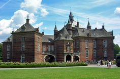 The castle of the Princes of Merode in Westerlo is a resplendent example of early Flemish Renaissance style from the Kampen region. Originating from the village of Merode, between Aachen and Cologne, the family of Merode obtained the seigneury of Westerlo by marriage in the 15th century. Through a series of other advantageous alliances, the Merode became one of the most powerful families of the Duchy of Brabant.