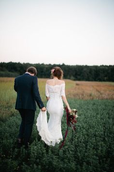 Obsessing over this lace off-the-shoulder wedding dress | Image by Green Antlers Photography