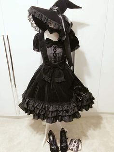 Gothic Pretty Lolita for the Goth girl on the go! Great for a Halloween party, too. Harajuku Fashion, Kawaii Fashion, Cute Fashion, Fashion Outfits, Emo Outfits, Scene Outfits, Fashion Photo, Mode Alternative, Alternative Fashion