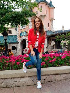 Tras la pista de Paula Echevarría » DISNEYLAND PARÍS 25. Graphic t-shirt+skinny jeans+white sneakers with colour details+ red military style blazer+red embroidered crossbody bag+sunglasses. Spring Casual Outfit 2017