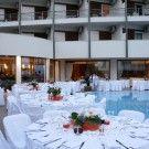 Γαμος, δεξιωση γαμου - Στολισμος τραπεζιων διπλα στην πισινα. Wedding reception in Athens, Greece.