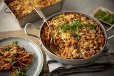 Tämä ruoka yhdistää kaksi suosikkia - spagettivuoka on varma hitti Macaroni And Cheese, Curry, Food And Drink, Pasta, Meat, Chicken, Dinner, Cooking, Ethnic Recipes