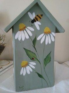 Back view of birdhouse. Pretty folk art daisies.