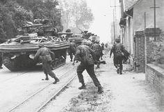 Philippe Kieffer - Chef des commandos de la France libre, Benjamin Massieu. Le long de la ligne de tramway qui sert de guide aux commandos, les chars DD se dirigent vers les écluses.