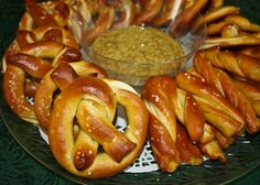German-style salted pretzels with spicy German beer mustard! SO YUM! Salted Pretzel, Pretzel Dip, Oktoberfest Food, Pretzels Recipe, Homemade Pretzels, Bread Machine Recipes, Bread Recipes, German Beer, Love Food