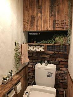 全面を柄にするのは、ちょっと勇気が…という方も、一面だけならチャレンジしやすいのでは?木とレンガの壁紙は深い色味がかっこいい。アクセントにグリーンをたっぷりと飾って。 Diy Interior, Interior Design Living Room, Toilet Room, Eclectic Decor, Small Bathroom, Coffee Shop, Home Furniture, Sweet Home, House Design