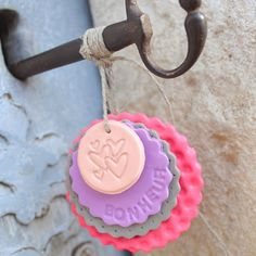 Porte-clés en pâte polymère Fimo Clay, Button Flowers, Salt Dough, Projects To Try, Diy Crafts, Shabby, Deco, School, Kids