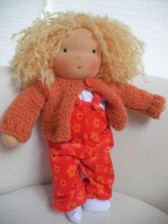 Mia ist eine in liebevoller Handarbeit genähte, wunderschöne Puppe aus Naturmaterialien. Durch die Füllung mit ungesponnener Schafswolle ist sie fe...